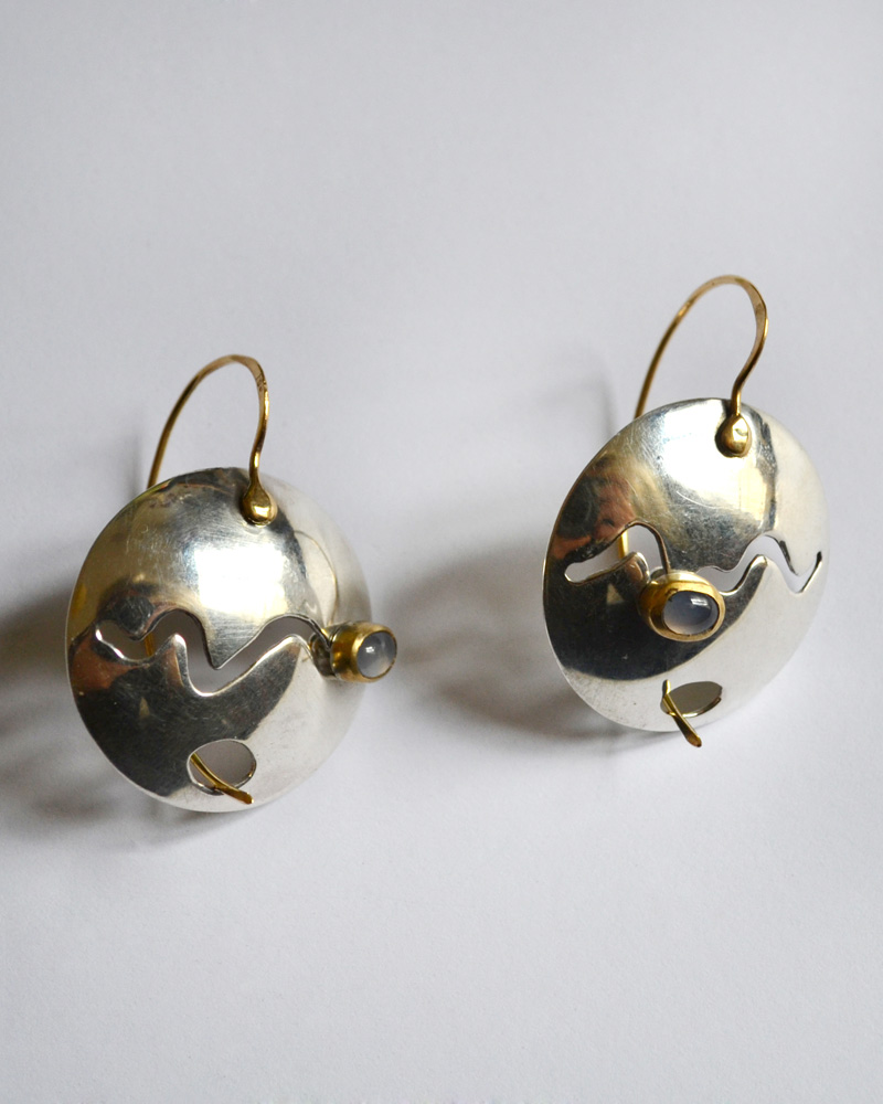 Earrings in gold, silver and iolite
