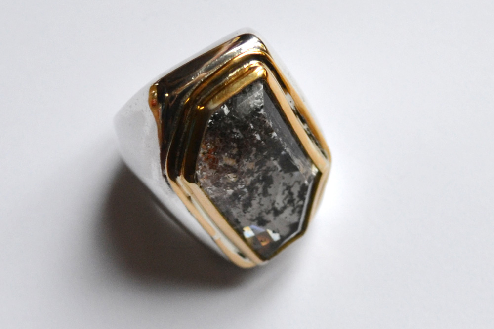 Ring in silver, gold and quartz with inclusions