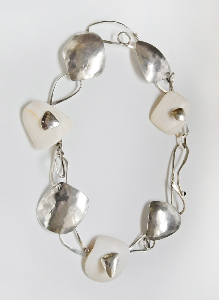 Necklace in silver and shells