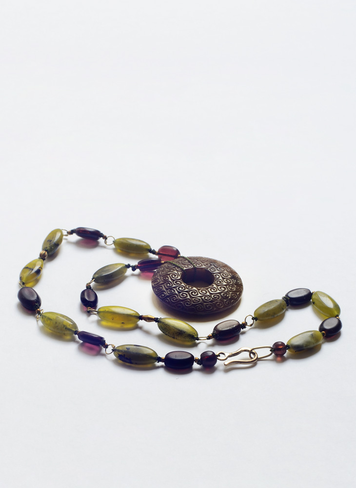 Necklace in gold, nephrite, garnet and agate
