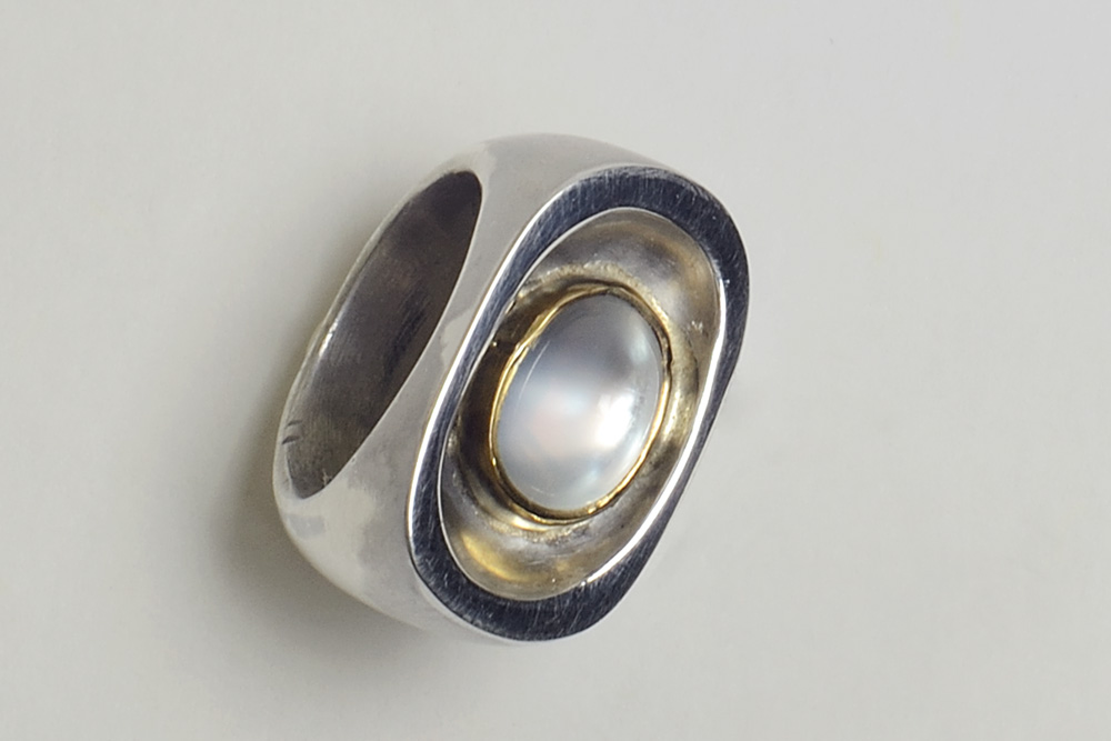 Ring in silver, gold and moonstone